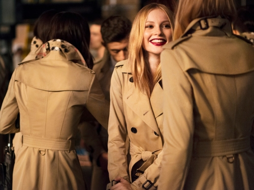 19._Burberry_Festive_Campaign_Stills__PRIVATE_AND_CONFIDENTIAL_-_ON_EMBARGO_9PM_UK_TIME_3_NOVEMBER_